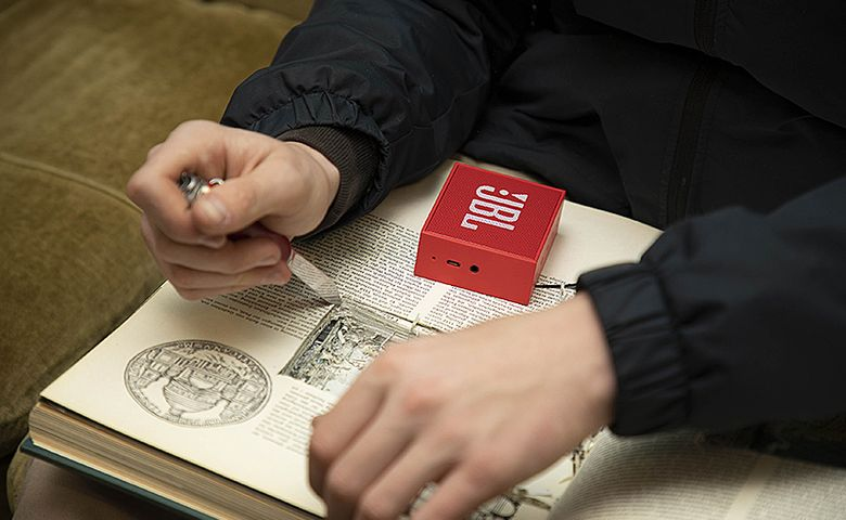 Das magische Buch wird mit einem kleinen funkgesteuerten Lautsprecher präpariert.