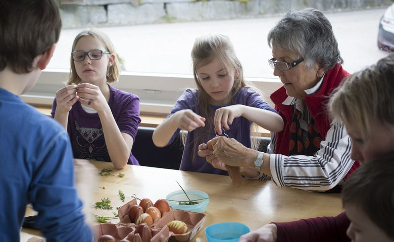Verena Müller pflegt mit ihren Grosskindern das Brauchtum.