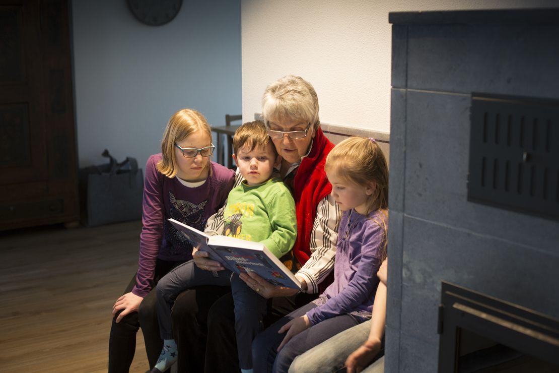 Beim Grosi gehört Vorlesen aus der Kinderbibel zum Gute-Nacht-Ritual.